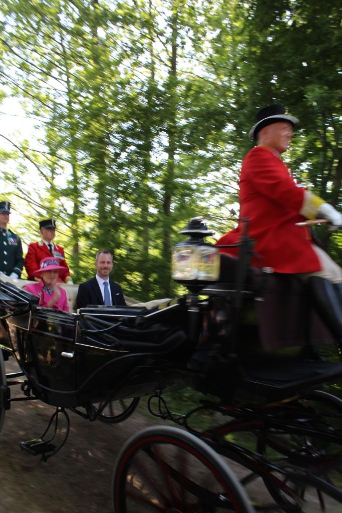 Dronningen og Miljøministen ankommer i karet med hestespand til Esrum Møllegård og Kloster. Foto den 29. maj kl 16 af erik K Abrahamsen