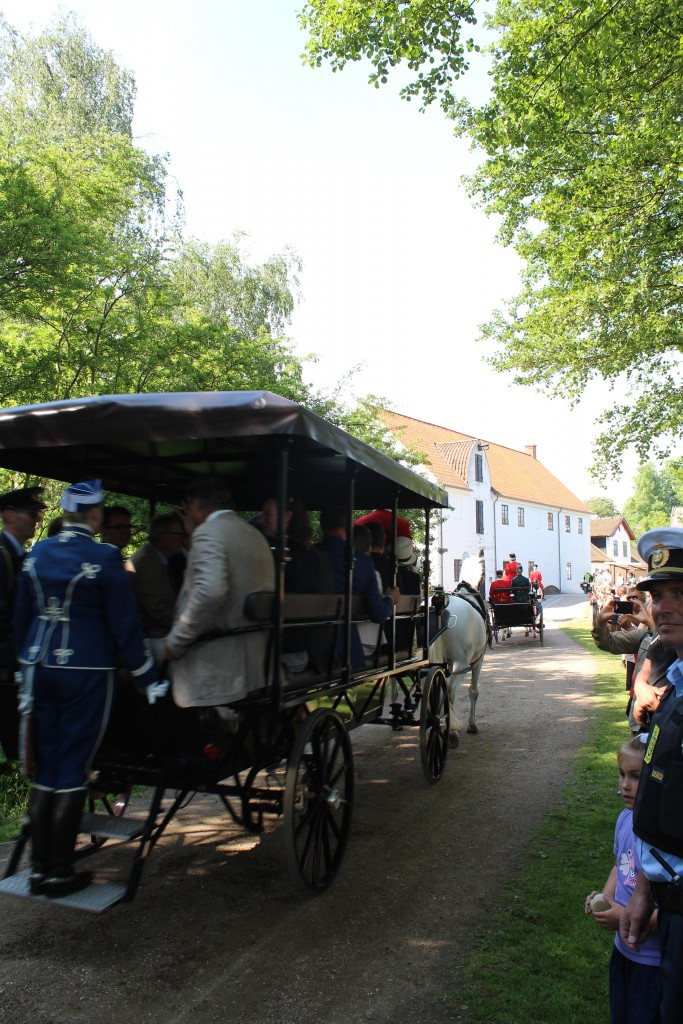 Esrum Møllegård. Ankomst af hstvogn med 5 borgmestre, bestyrelsen for Nationalpark Kongernes Nordsjælland m.f. Foto den 29. maj 2018 kl 16 af Erik K Abrahamsen.