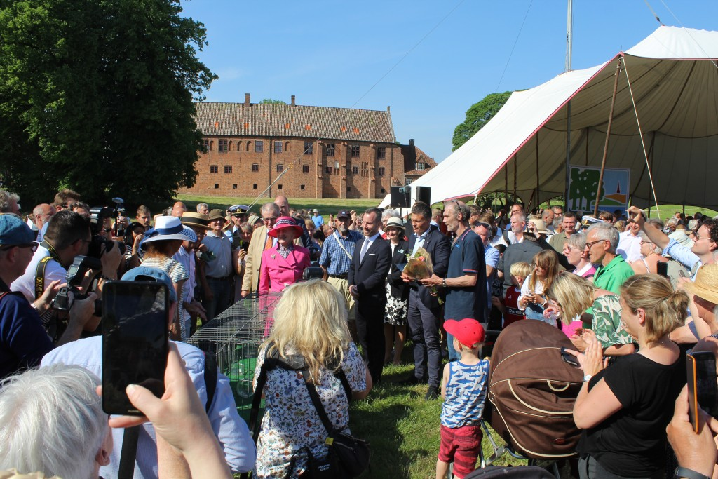 Dronningen ved de tomme bure hvor 12 fredsduer netop er blevet sluppet fri for at markere indvielsen af Nationalpark Kongernes Nordsjælland.