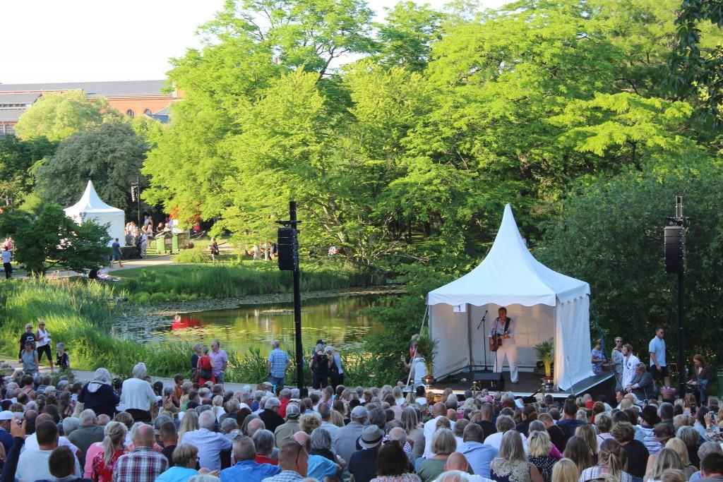 Rasmus Nøhr optræder med musik og sang på scene 1. Foto den 5. jun2018 kl 19 af Erik K Abrahamsen.