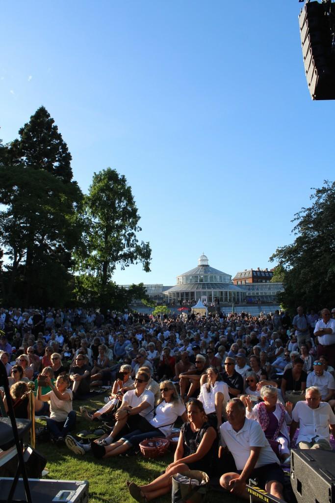 Udsigt fra scene 11 hvor Søs Fenger optræder mod publikum forna den sore plaæe ved Væksthuset. Foto 5. juni 2018 kl 19.30-50 af erik k Abtahamsen.