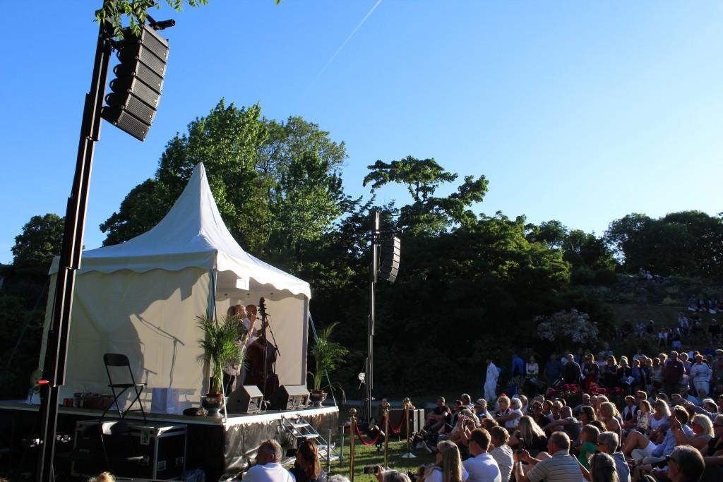 Søs Fenger synger på scene 11