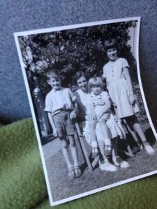 KIrsten - vor ung pige fra 1945-58 var som en mor for os. Fra venstre sammen med Erik, født 1945, Helle født 1947 og Marianne født 1943. Foto i vor have Gentoftevej 21, Aarhus. Marianne