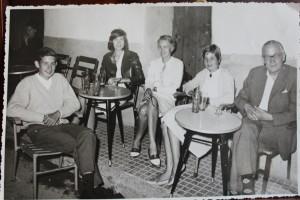 Las Palma, Mallorca july 1961. PÅ ferie med hele familien: Far Poul Kristian Abrahamsen (1903-62), mor Birthe Ursula (1916-2000) min soresøster Marianne født 1943, min lillesøster helle født 1957 og jeg Erik K ristian født 1945. Foto åpå Pepes bar i Cala Mayor julu 1961.