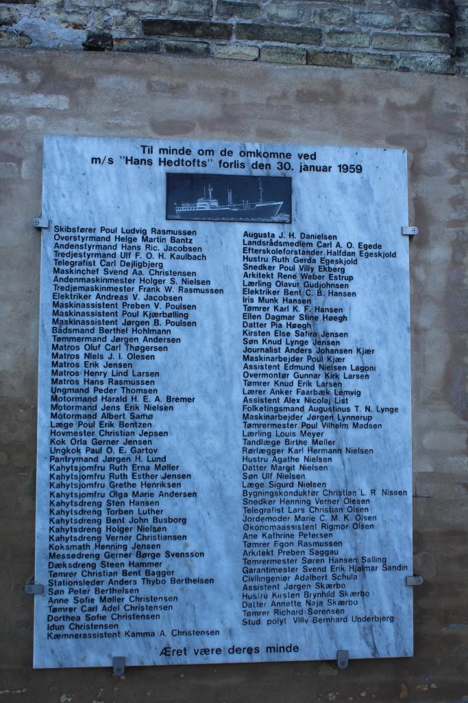 Mindplade over omkomne ved Hans Hedtofts forlis i favandet ved Pap Favel i Sydgrønland.