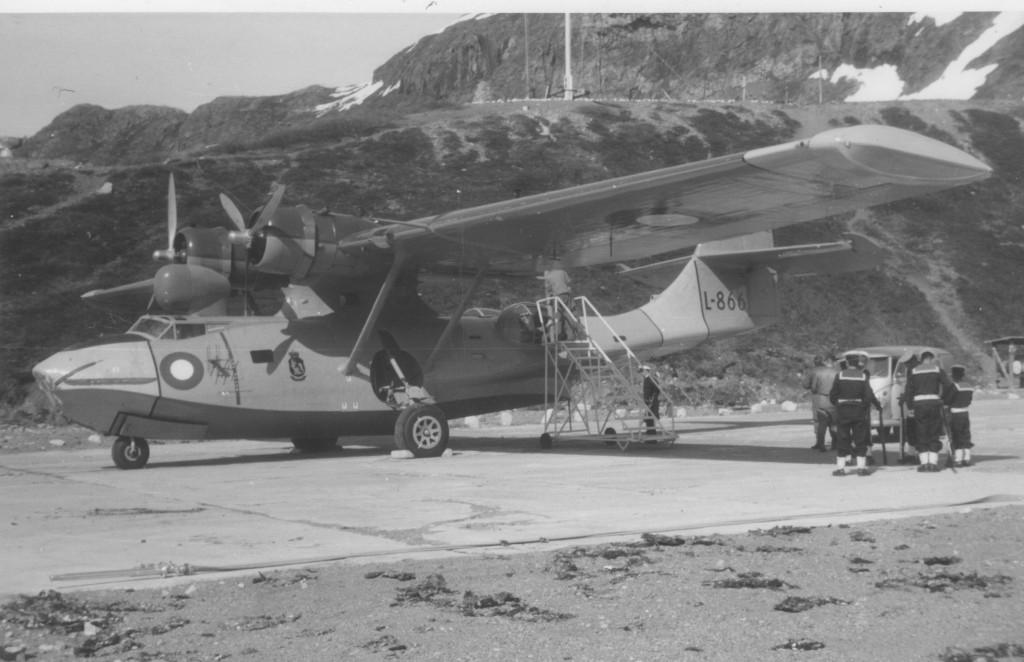 Catalina fly klar til at flyve fra Flådestation Grønnedal med den amerikanske ambassadør med følge. Foto forår 1965 af Erik K Abrahamsen.