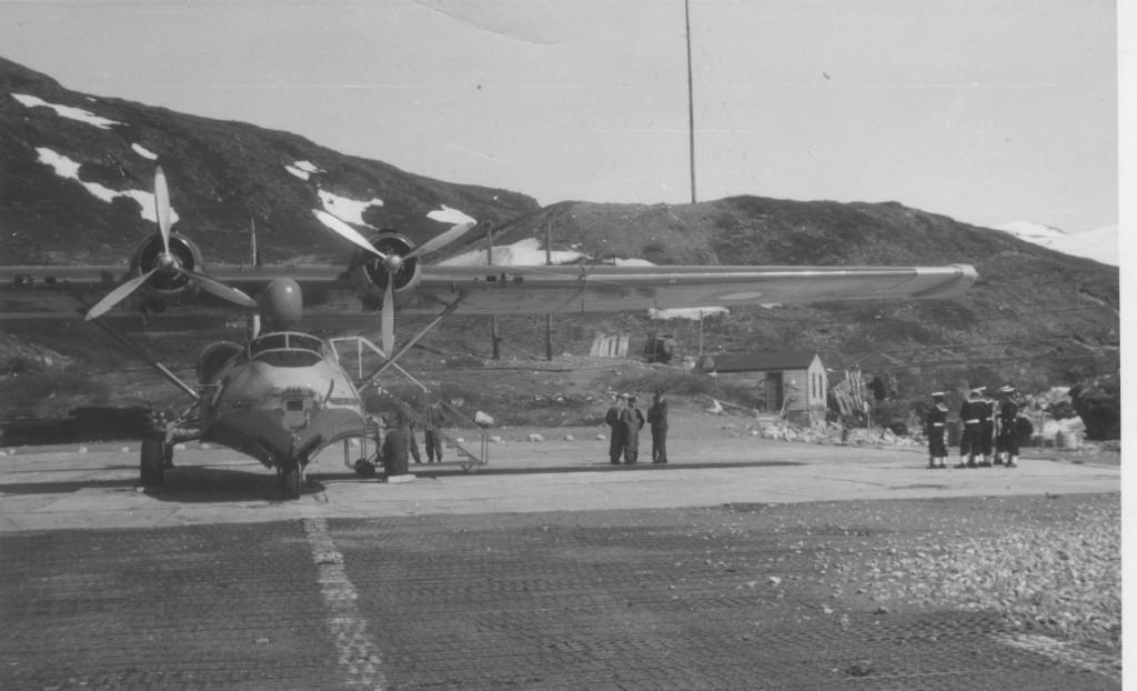 Catalina fly står par at til at flyve den amerikanske ambassdør fra Flådestation grønnedal. Foto forår 1965 af Erik K Abrahamsen.
