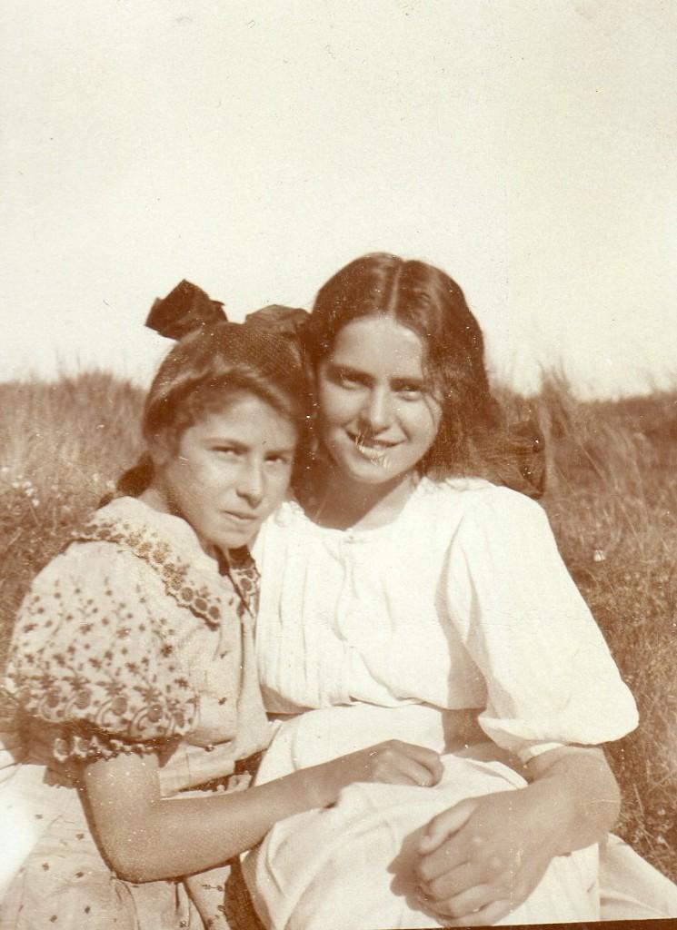 Nina og Yvonne Tuxen - døtre af Laurits Tusen med hans første hustru Ursusle de Baisieux. Foto Dagminne, Skagen af Laurits Tuxen.