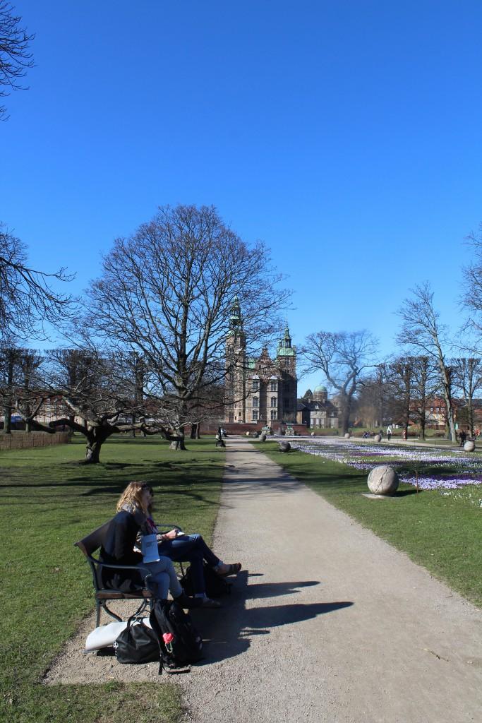 Elever tegner i KOngens Have. Foto den 12. marts 2015 af Erik K Abrahamsen