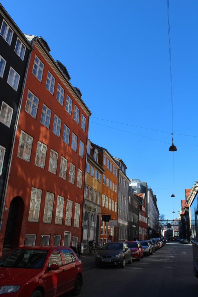 Huse i Gammel Mønt opført 1729-38 efter den store brand i København i oktober 1728. Gammel Mønt nr. 17-31 hvor alle undtahen et er fredet. Foto den 12. marts 2015 af Erik K Abrahamsen