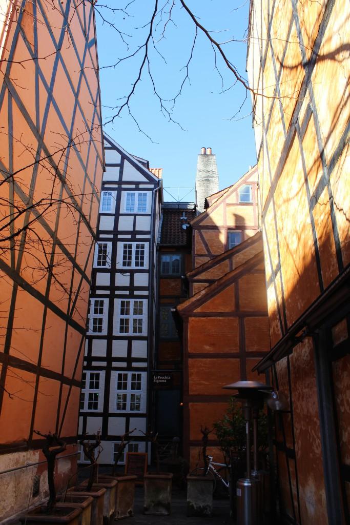 Bagbygninger fra Grønnegade nr.12,16 og 16 opført 1732-54 i Pistolstræde. Foto den 12. marts 2015 af Erik K Abrahamsen