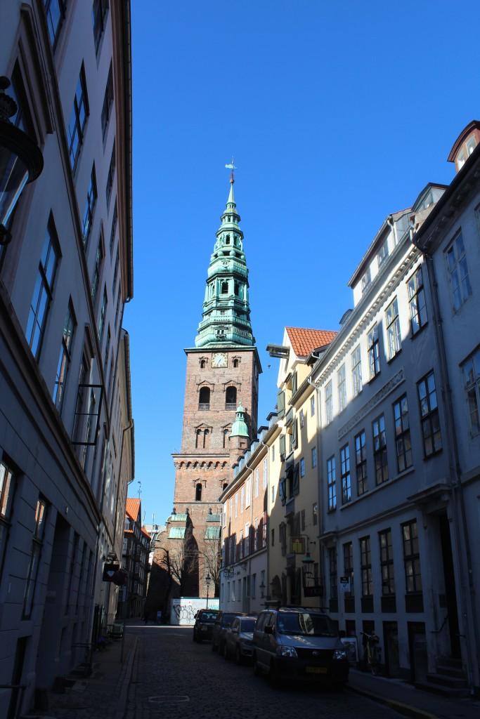 Nikolajgade med Nikolaj Kirkes Tårn i baggrunden på Nikolaj Plads. Til højre ses et pakhus opført ca. 1800 efter den 2. store brand i København 5.-7. juni 1795. Foto den 12. marts 2015 af Erik K Abrahamsen.
