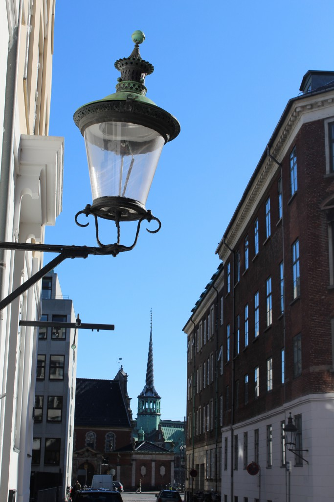 KIg gennem Admiralgade mod Holmens Kirke og spiret på Børden. Foto den 12. marts 2015 af Erik K Abrahamsen