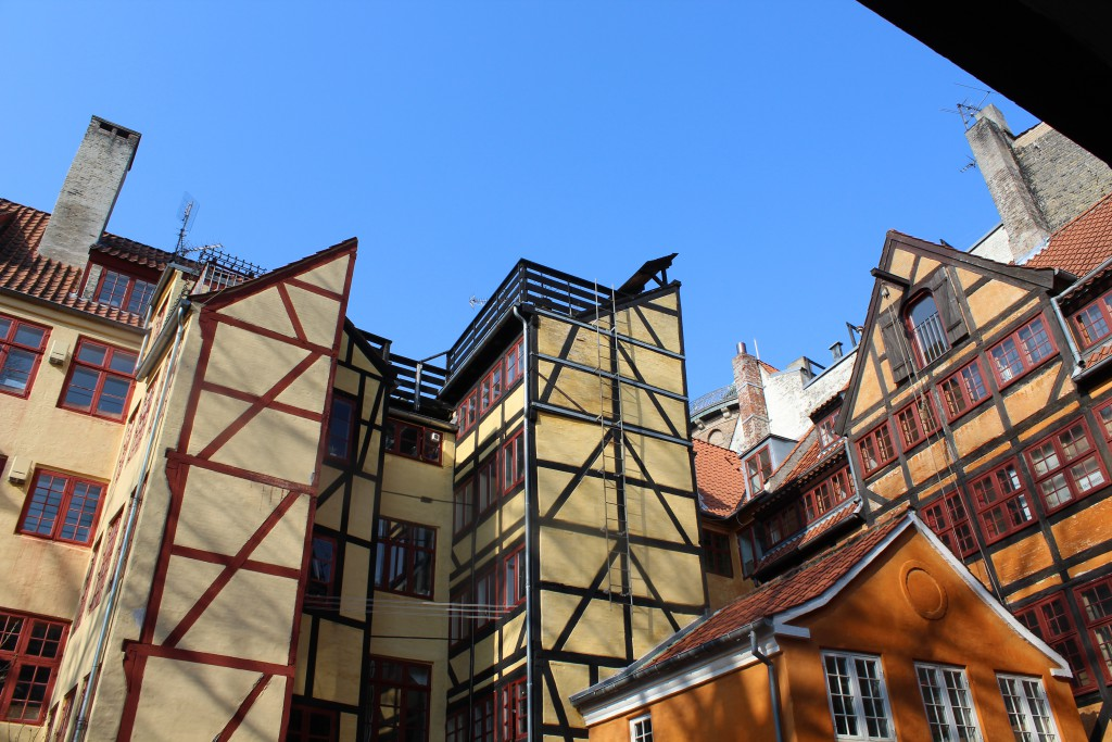 Baggård i Skindergade nr.8. Udsigt mod bagbygninger fra huse i Store Kannije Strædeopført efter branden i 1728. Toppen af ndetårn med jerngitter ses bagest i billedet. Fiti den 16. marts 2015 af erik K Abrahamsen