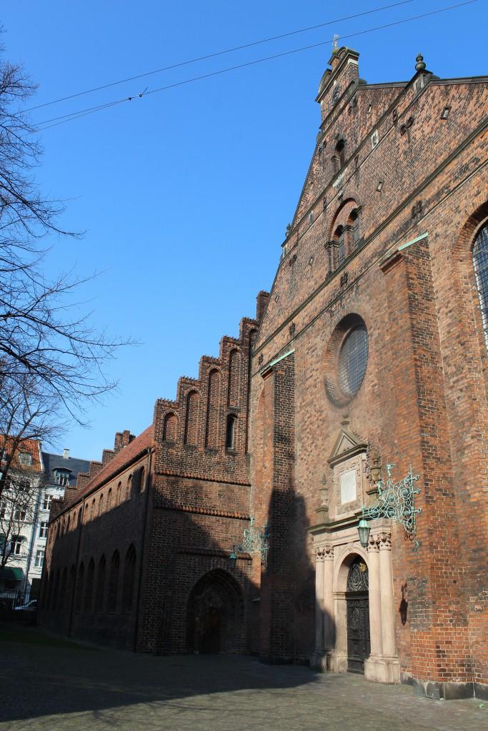 Helliåndskirken med Helligåndshuset opført ca. 1475 som et hospital og en af Københavns ældste bygninger. Foto den 16. marts 2015 af erik K Abrahamsen.