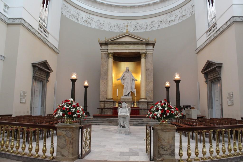 Alter i Vor Frue Kirke med statue af Kristus og engel med muslingeskal i hænderne med dåbevand - begge udført i marmor af Bertel Thorvaldsne. Foto martrs 2015 af Erik K Abrahamsen