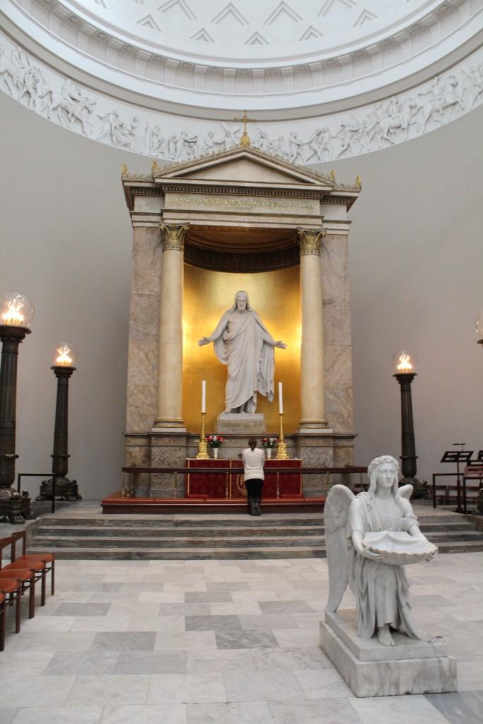 Kristus statuen og Engel med muslingeskal med dåbsvand udført i marmor af Bertel Thorvaldsen. Fot marts 2015 af Erik K Abrahamsenudført i marmor af