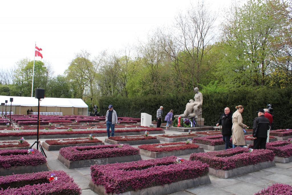 Det store gravfelt hvor 105 danske modstandmænd og kvinder ligger begravet. Monument udført af Axel Poulsen og med Mindetavle foran monumerntet med navne på 91 modstandsfolk, som ligger begravet i deres respektive hjemegne. Foto den 4. maj 2015 af Erik K Abrahamsen