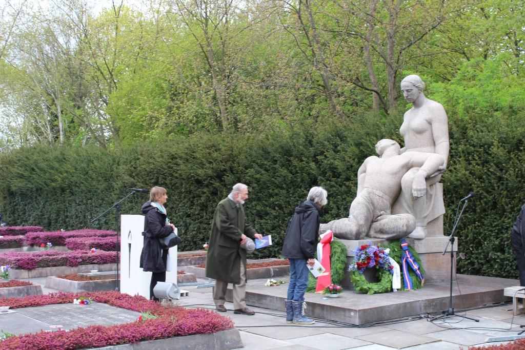 Det Dtore Gravfelt med Monument og med Mindet<vle foran med navne på 91 modstandsfolk som ligger begravet i deeres respektive hjemegne. Foto den 4. maj 2015 af Erik K Abrahamsen