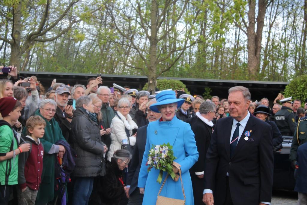Hendes majestæt Dronningen ankommer til Mindehøjtideloigheden, hbor Dronningen vil lægge en krans ved Monumentet. Foto den 4. maj 3015 af Erik K Abrahamsen