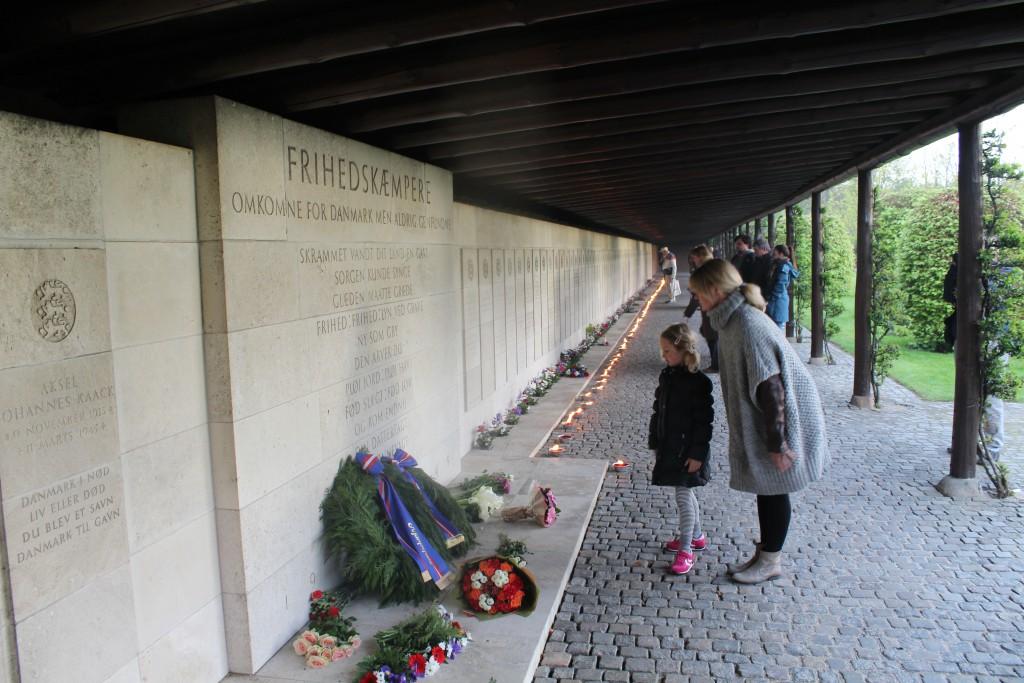 Pergolaen med tændte lys foran mindetavler for 151 danske frihedskæmpere, hvis lig aldrig er fundet. Foto den 4.