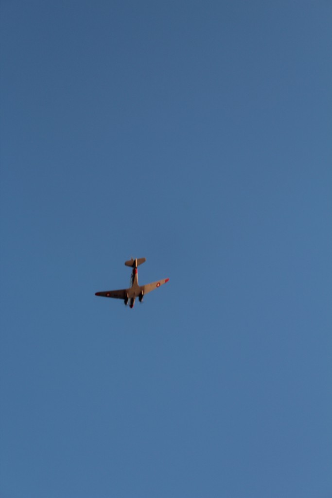 Et fly fra 2. Verdenskrig 1940-45 overflyvder Mindeoarken Pyparken kl. ca. 20.30 den 4. maj 2015. Foto den 4. maj 2015 af Erik K Abrahamsen