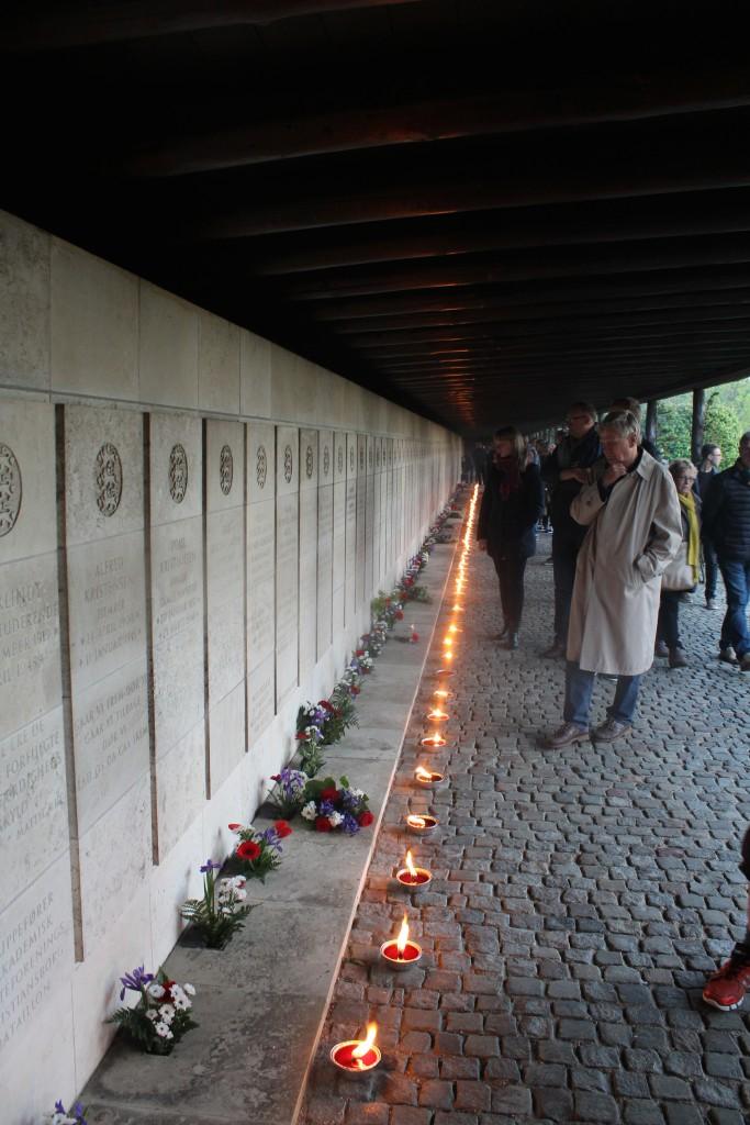 Tændte lys foran mindeplader for 151 omkomne danske modstandsfolk. Foto den 4, maj 2015 af Erik K Abrahamsen