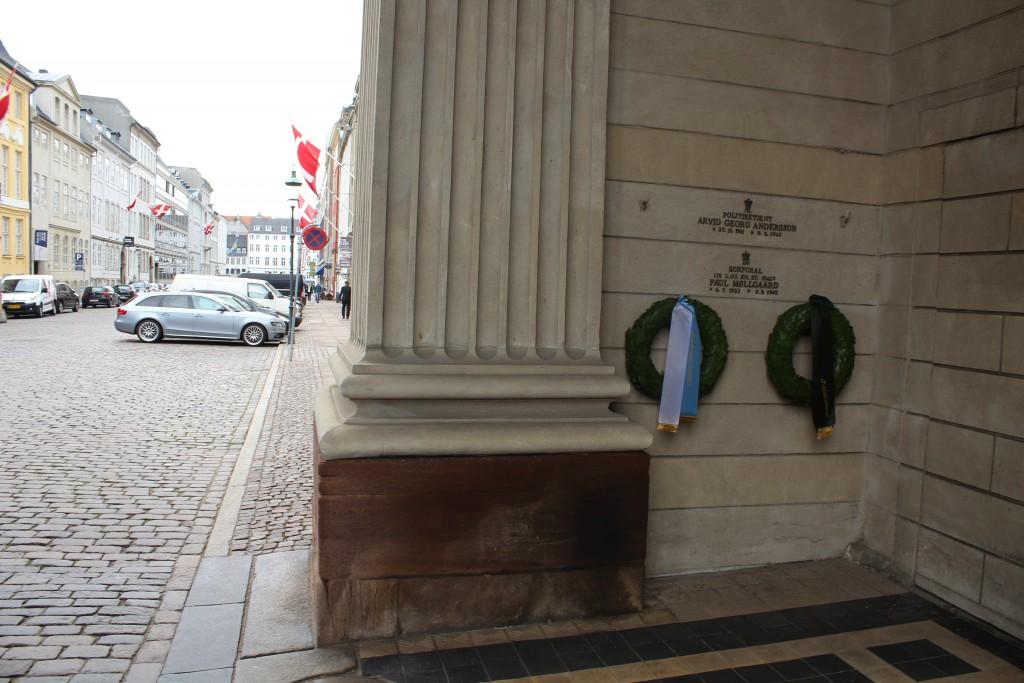 2 mindeplader for faldne dasske patriopter ophængt under Harsdorffs Kolonnadde og ved indgangen ti