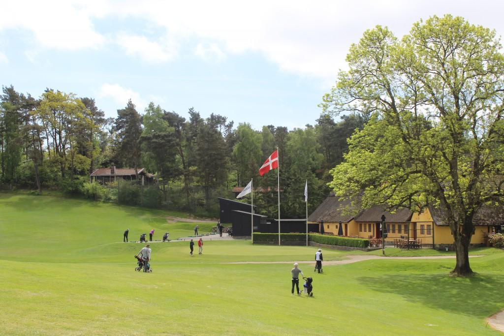 HUL 18, par 5. PÅ vej mod green. I baggrundens ses drivin range med træningsfaciliter. Fot den 24. maj 2015 af Erik K Abrahamsen