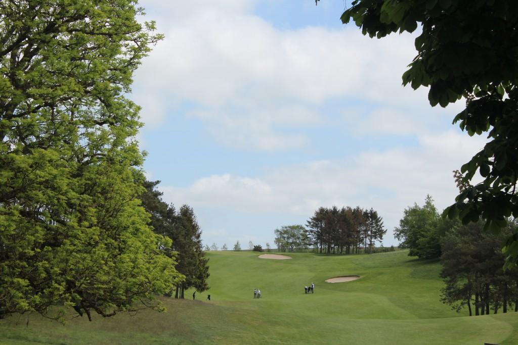 HUL 1, par 4. 3 eleie amatør golfslippere på faiway hvor de alle 3 ligger i 1 slag. Foto den 24. maj 2015 kl. ca. 13 af Er