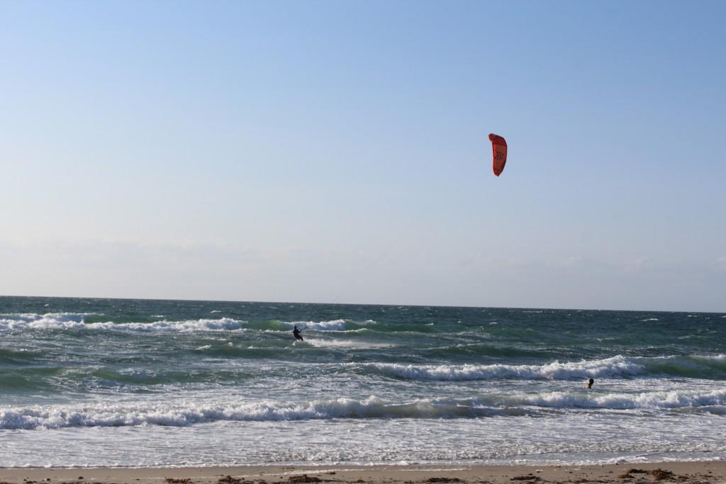 Tisvildeleje Strand, uge 29, 2015.Kite surfer i Kattegats bølger. Foto den 18. juli kl. ca. 19 af Erik K Abrahamsen
