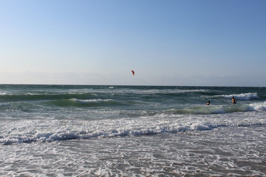 Tisvildeleje strand ved Kattegats kyst. ET kærstepar har ikke set advarlslen om BADNING FORBUDT p.gr.a. stærk strøm og hestehuller og er hoppet i havets bølger. Foto den 18. juli 2015 af Erik K Abrahamsen bader i havets bølger
