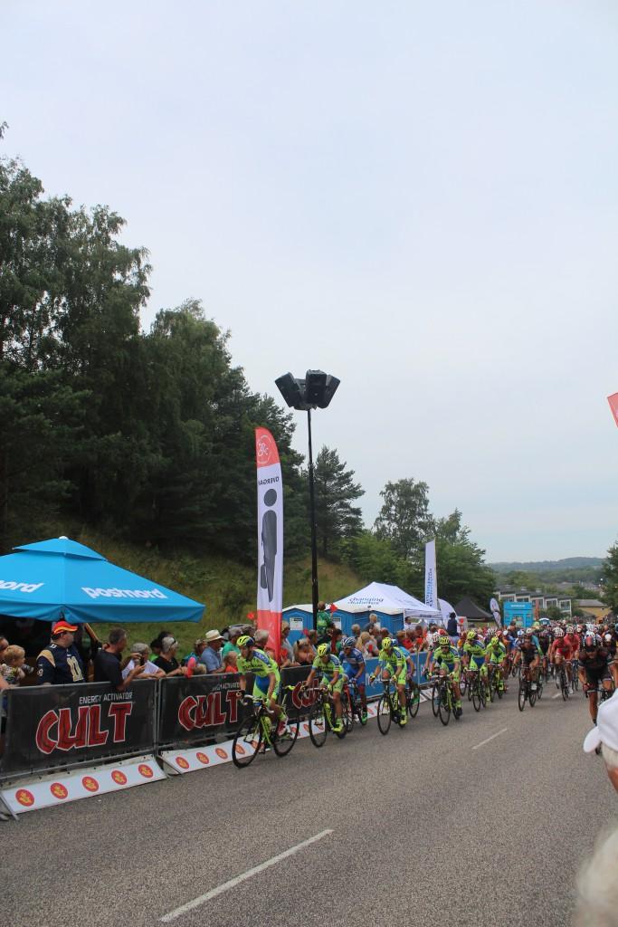 Ankomst af de professionelle cykelryttere efter 2. omgang af den 4,2 km rudstrækningen gennem frederiksværk op ad den 300 m lange opløbsstrækning 100 m før målet på toppen af Sandskårsvej. Foto den 7. august 2015 af Erik K Abrahamsen