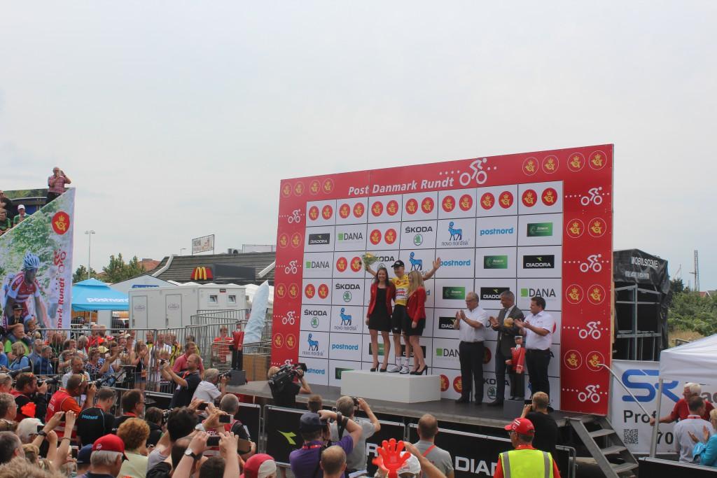 Leif Bak fejrer sin gule førertrøge på sejrspodiet i Frederiksværk efter 4. etape Slagels-Frederiksværk 115 km i Post Danmark Rundt 2015.