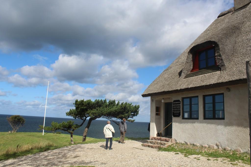Indgang til Knud Rasmussens Hus - museum og mindestuer. Foto iretning nod mod Kattegat. Foto den 2. september 2015 af Erik K Abrahamsen.
