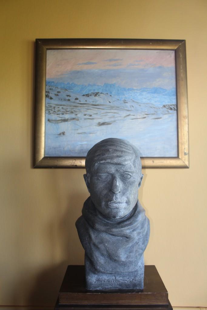 Buste af Knud Rasmussen opstillet i dagligstuen i Knud Rasmussens Hus. Foto den 2. september 2015 af Erik K Abrahamsen.