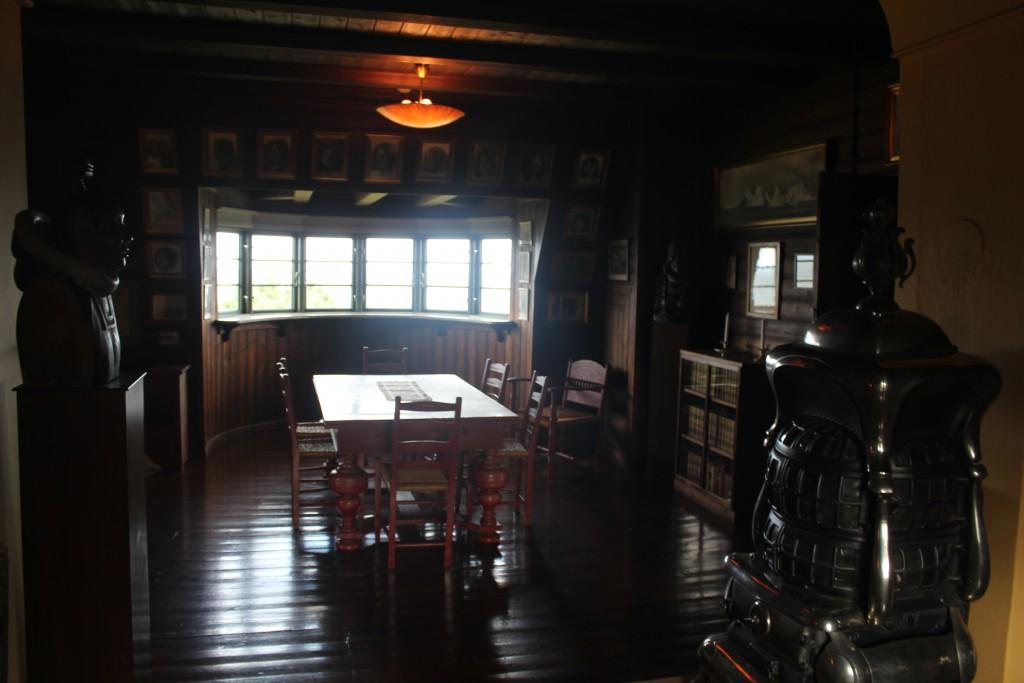 Knud Rasmussens Hus. Indretning i Det store arbejdsværelse på 1. sal i hovedhuset. Udsigt mod spisebord og de store vinduer der vender mod nord ud til