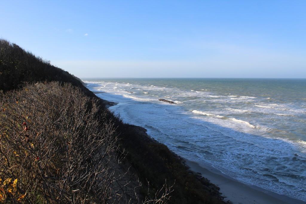 Kattegatkysten ud for Hyllingebjerg Udsigt i retning vest mod Hald Strand og Sjællands Odde ude i horisonten. Foto den 8. november 2015 kl.11 af Erik K Abrahamsen.
