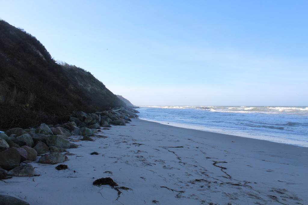 Hyllingebjerg. Forstranden ud for bølgebrydere af granitsten ud for Hyllingebejerg Strand, Foto i