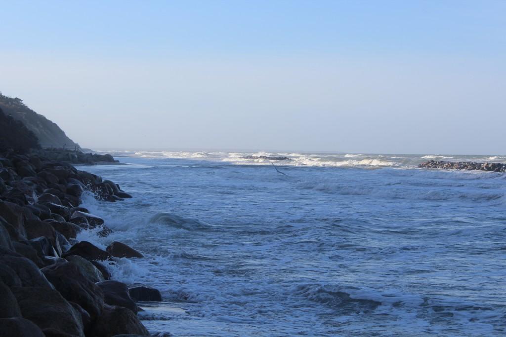 Hyllingebjerg Strand. Udsigt mod vest hvor skræntfodssikringen med store sten ses tydeligt. Foto den 8. november 2015 kl.11-12 af Erik K Abrahamsen.