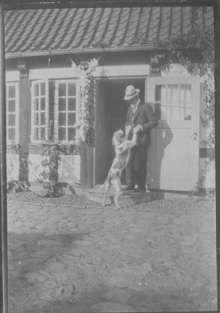 Laurits Tuxen with his dog on courtyard in Villa Dagminnne, Skagen