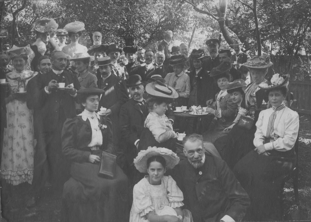Garden Party in Villa dagminne, Skagen. In front of photo Yvonne Tuxen and in the background Laurits Tuxen. Photo about 1908. Phoyo from Laurits Tuxen private photo albu 1902-27. Scanned january 2016.