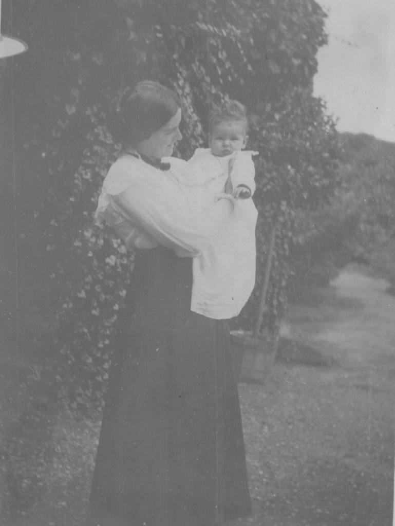 Villa dagminne, Skagen summer 1916. Yvonne Tuxen with her firstborn childe - a daughter Birteh Ursula born 3. march 1916. Photo by Laurits Tuxen summer 1916. Pho fro Laurits Tuxen Pjhoto album