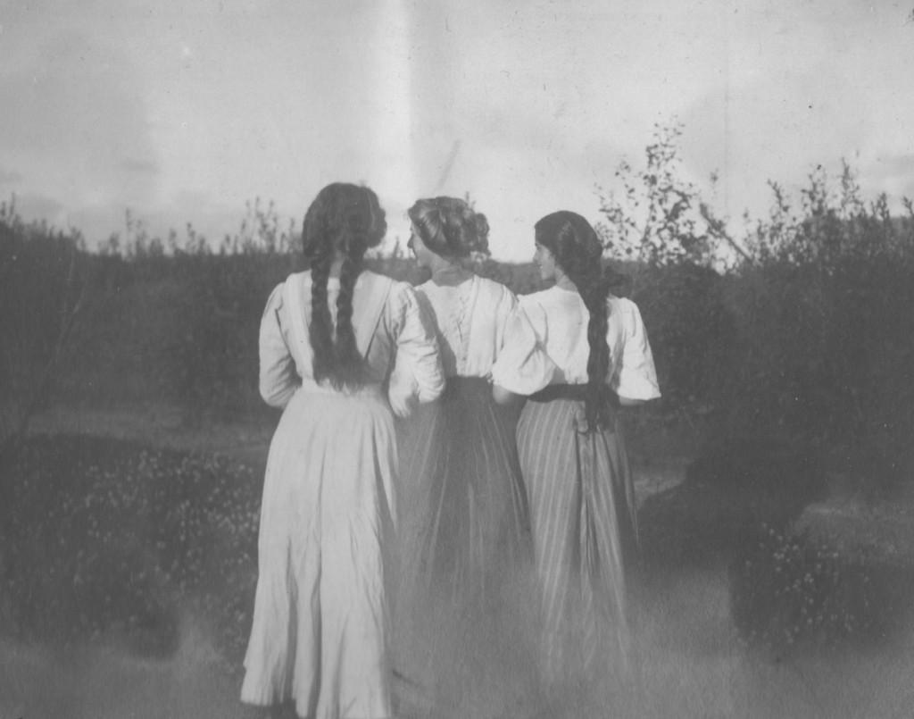 Villa Dagminnne,Skagen. Yvonne Tuxen and Vibeka Krøyer. Photo from Laurits private album 1902-27. Scanned 2. february 2016.