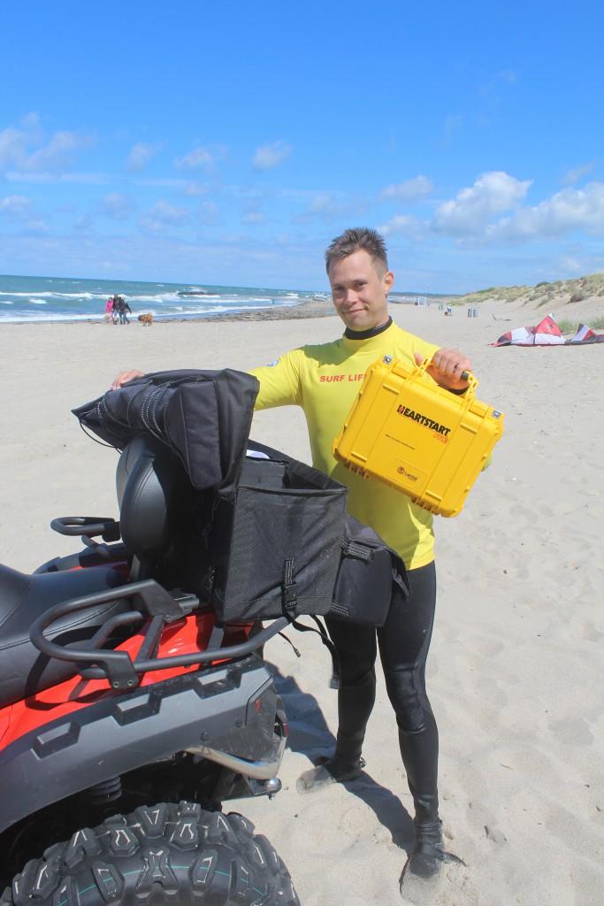 Liseleje Strand. Livredderpost Vest. Livredder Asger viser Hjertestarteren på den ny 4- hjulede redningsmotorcykel