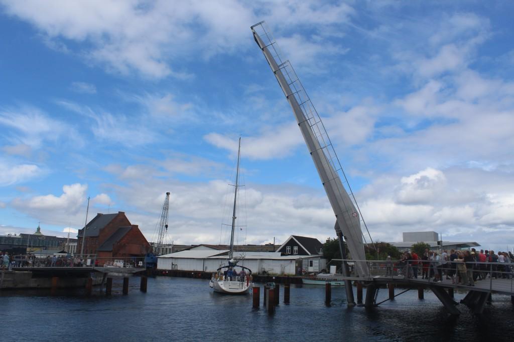 Passage of a sailing boat through walk- and bike bridge TRangravsbroen. Photo 9. july 2016 by Erik K Abrahamsen.
