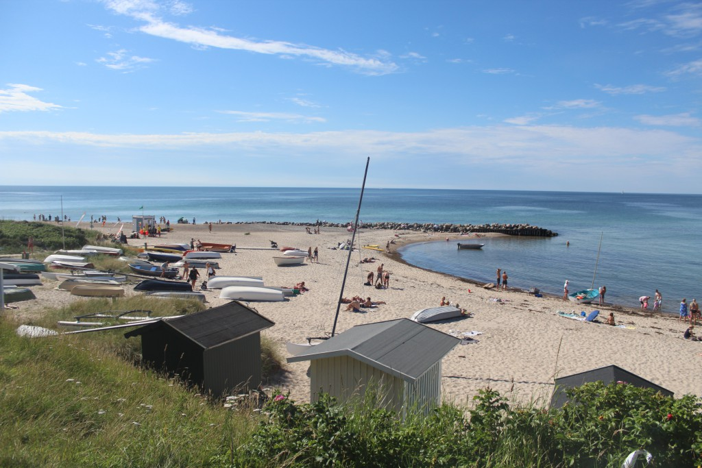 Tisvildle Strand. Udsigt mod nord mod Kattegat og MOlen med Livredderpost vest til vernstre i foto. Foto torsdag den 21. juli 2016 af Erik K Abrahamsen