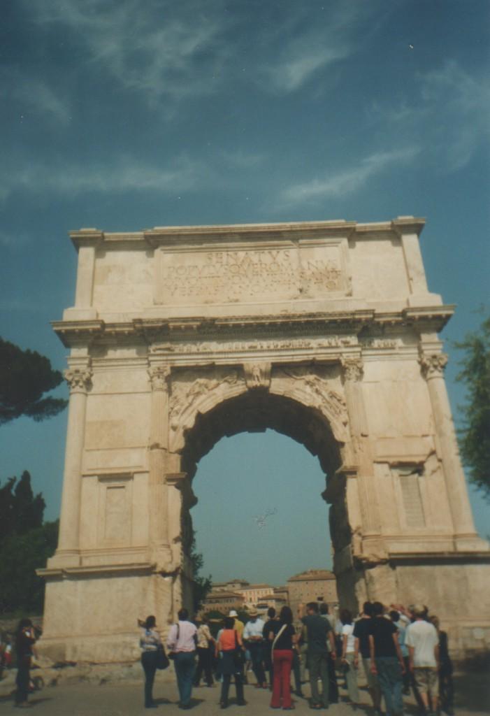 Titusbuen i Rom opført til minde om kejser Titus erobring af jerusalem og ødelæggelsen af jødernes 3. tempel Herode tempel år 70 e. Kr.
