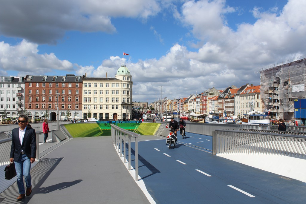 Bike-, run- and walk glide bridge in Copenhagen Inner Harbour. Photo in direction north to Nyhavn /Havnegade. 10. august 2016 by Erik K Abrahamsen.