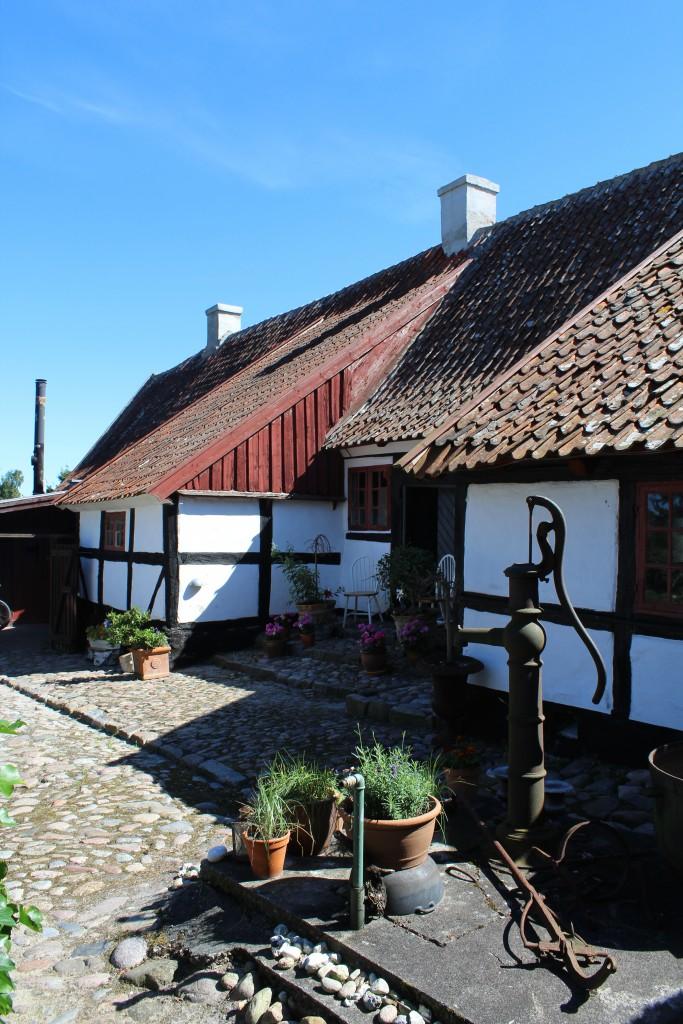 Lodsoldermandsgaarden seen from courtyard. At right the original east wing built 1681